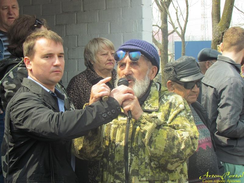 В Артеме прошел митинг против вырубки деревьев и застройки парка.