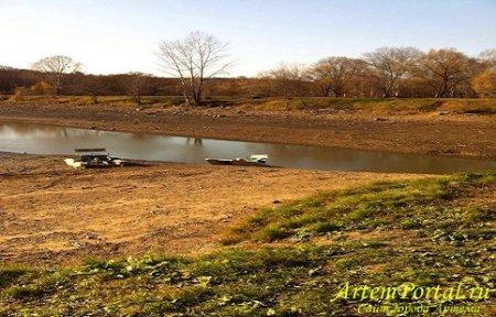 В  Артеме осушили озеро на второй плотине.