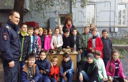 Сотрудники транспортной полиции провели экскурсию для школьников на железнодорожной станции Артема.