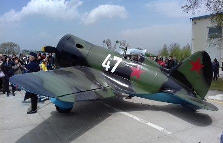 Отреставрированный самолет времен Великой Отечественной войны торжественно представили на выставке в Артеме.