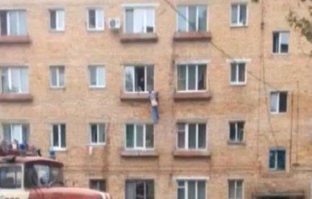 В Артеме местный житель едва не выпал из окна третьего этажа жилого дома.