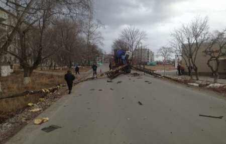 КамАЗ с экскаватором снес часть теплотрассы в Новонежино — 1500 человек остались без воды и отопления.