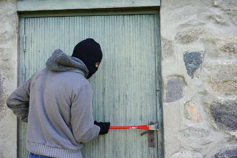 В Артеме сотрудники полиции задержали квартирного вора.