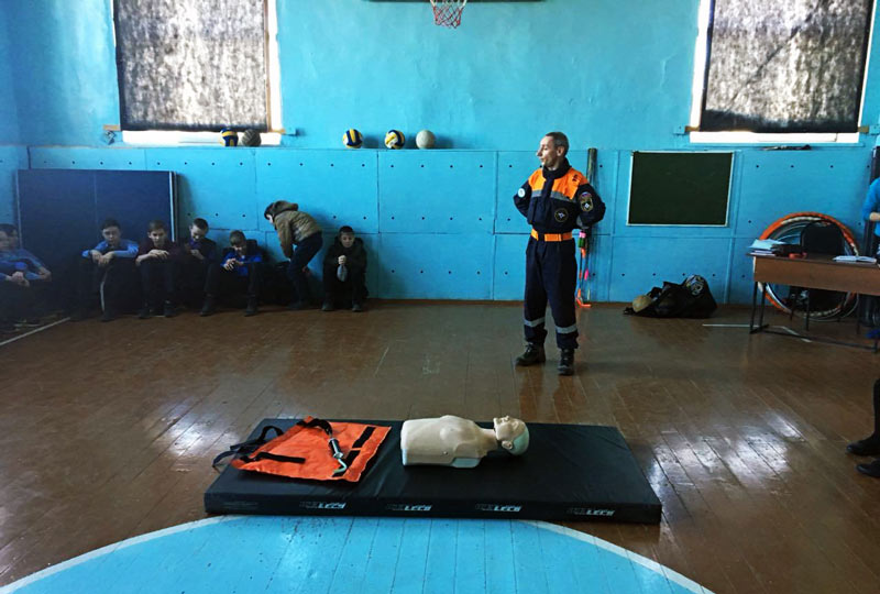 Спасатели проводят уроки безопасности в школах Артема.