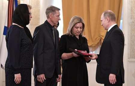Владимир Путин передал «Золотую Звезду» Героя России родственникам погибшего в Сирии летчика Романа Филипова.