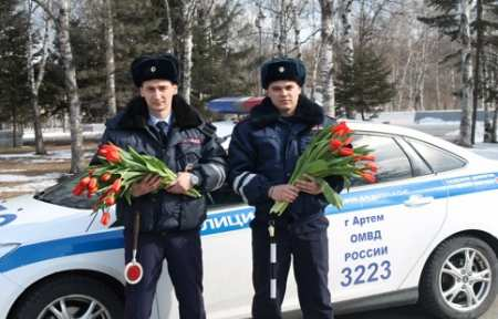 В Артеме Госавтоинспекция провела акцию «Цветы для автоледи».