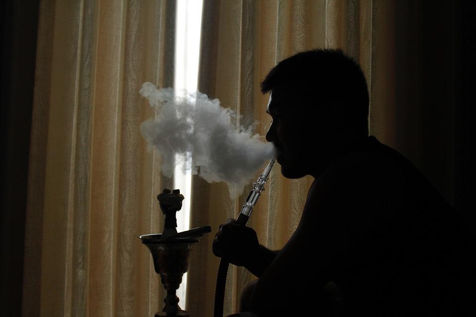 Курение кальяна может вредить здоровью курильщика.