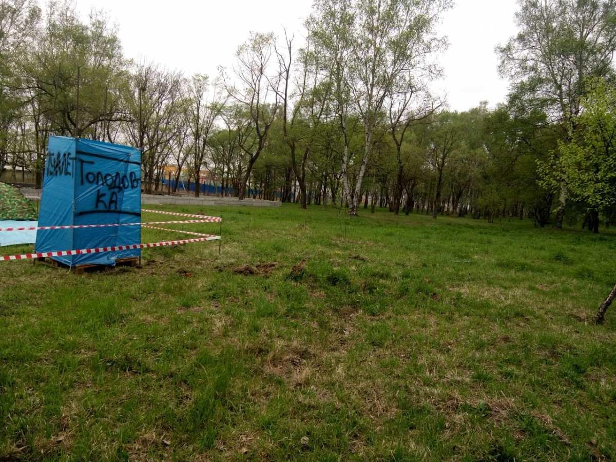 В Артеме началась голодовка против вырубки деревьев в парке.