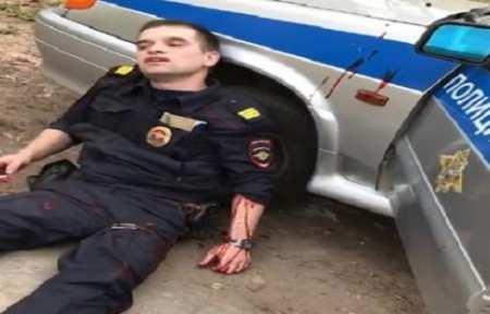 В Ижевске полицейский застрелил вора, ранившего его ножом.