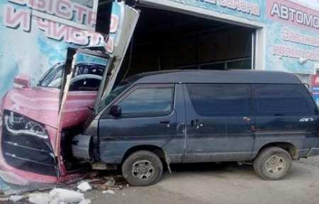 В Артеме микроавтобус протаранил автомойку.