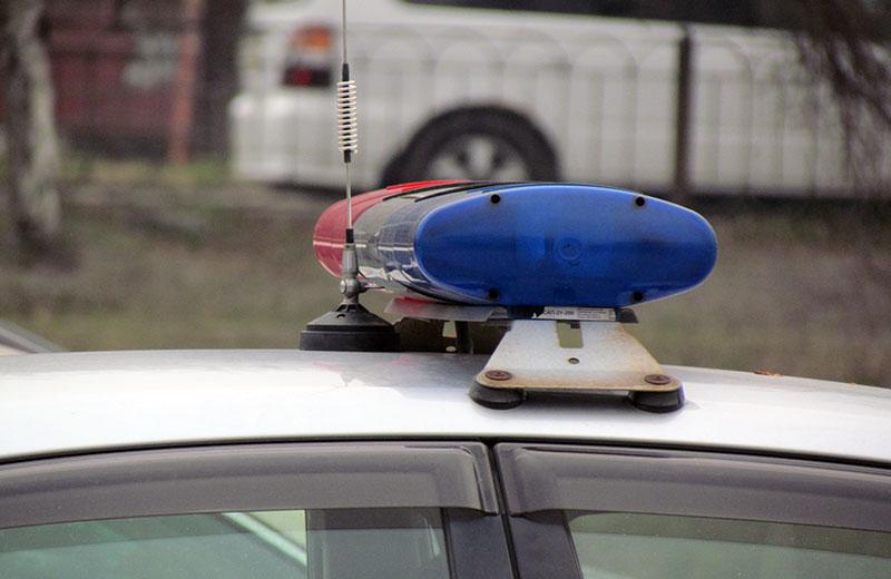 В Артеме неизвестный нанес ножевое ранение женщине и похитил телефон.