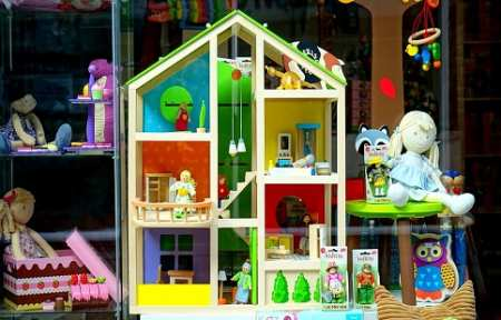 В Артеме вор обокрал магазин игрушек.