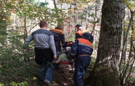 Спасатели спустили тело погибшего туриста с горы Пидан.