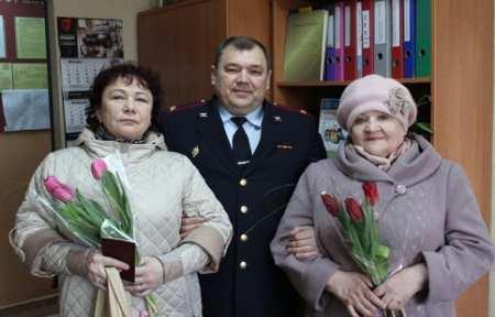 В Артеме полицейские поздравили женщин на приеме по оказанию государственных услуг.