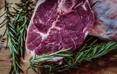 Более 20 тонн подозрительного мяса везли из Бийска в город Артем.