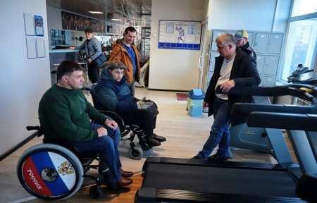 Два спортивных тренажера подарили клубу инвалидов в Артеме.