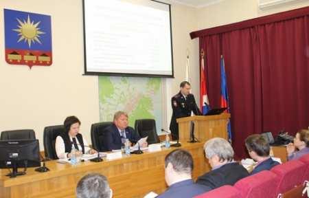 Начальник отдела МВД России по городу Артему встретился с депутатами городской Думы.