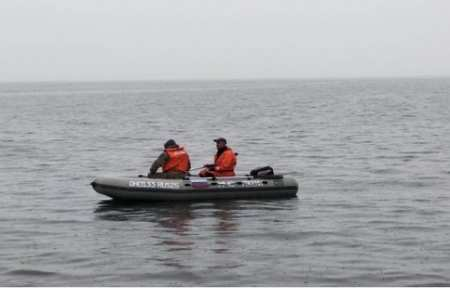 Спасатели ищут пропавшего рыбака в бухте Андреевка.