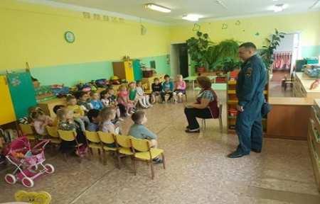 Сотрудники МЧС провели уроки мужества в детских дошкольных учреждениях города Артема.