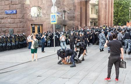 В Москве тысячи людей вышли на митинг в поддержку незарегистрированных кандидатов — более 1300 человек задержаны.