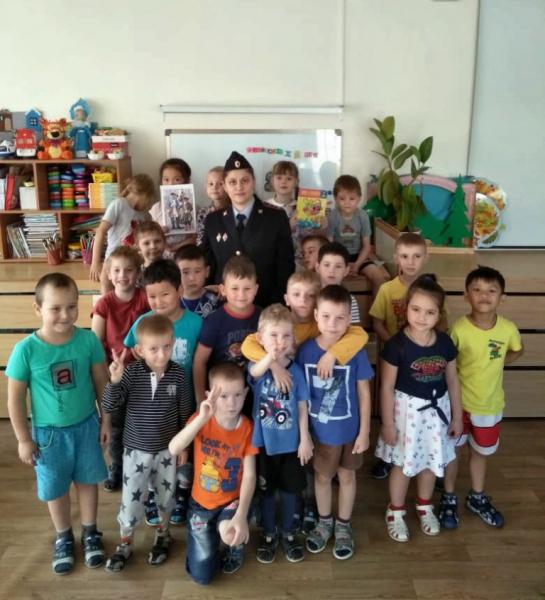 Полицейские навестили воспитанников детского сада в Артеме Приморского края