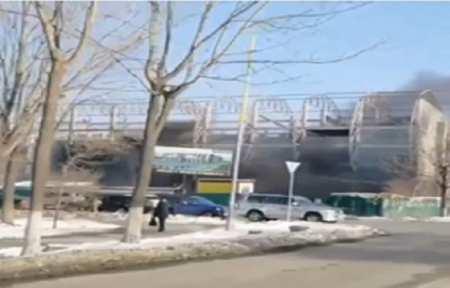 В строящемся торговом центре в Артеме загорелась обшивка крыши.