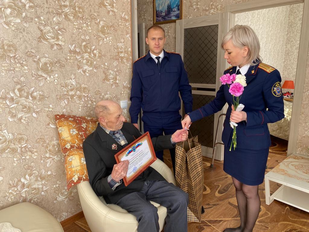 Сотрудники следственного отдела по городу Артему поздравили с днем рождения ветерана ВОВ