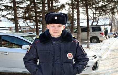Сотрудник патрульно-постовой службы оказал помощь пострадавшему от огня в Артеме.