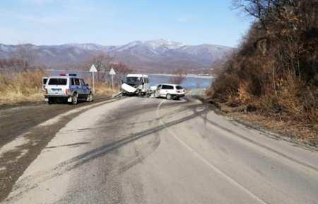 В Лазовском районе автомобиль врезался в автобус — шесть человек пострадали.