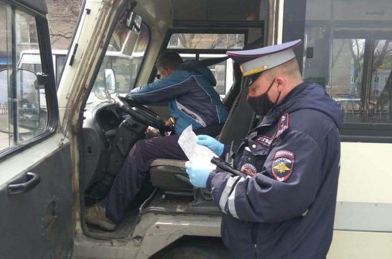 Полицейские контролируют процесс дезинфекции общественного транспорта в Артеме