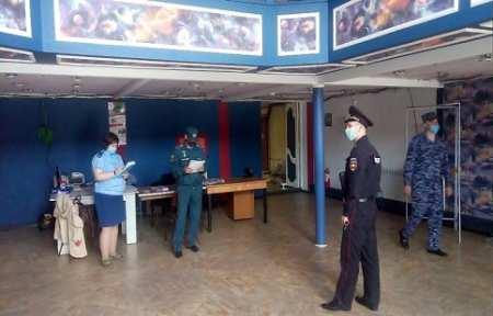 В Артемовском городском округе сотрудники МЧС России проводят обследования избирательных участков.